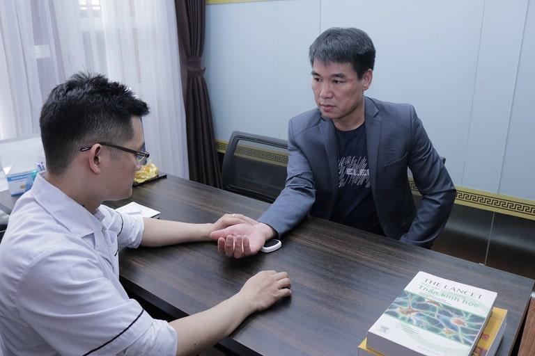 Anh Đỗ Quang Thủy đến thăm khám và điều trị Gout tại nhà thuốc